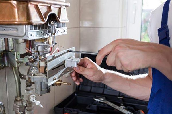 chauffagiste qui répare la chaudière